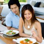 В ресторане Вы практикуетесь бронировать столик, еду, предлагать кому-то поесть или выпить